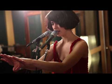 "Kimbra – ""Plain Gold Ring"" (Live at Sing Sing Studios)"